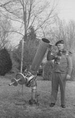 Леон Стюарт (Dr. Leon Stuart) возле своего телескопа