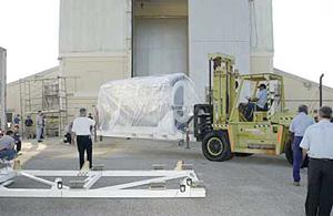 Рабочие перевозят SIRTF в специальный ангар на Мысе Канаверал.