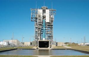 """Ракета """"Дельта-2"""" на пусковой площадке в процессе подготовки к миссии SIRTF."""