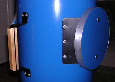 К внутренней стороне дисков, шурупами привинчена пластина из стали 0,8мм, края которой были отогнуты вверх в виде трапеции, для крепления к трубе, что существенно повышает жесткость всего узла в целом.