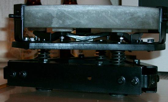 Юстировка осуществляется винтами, пропущенными через мощные отжимные пружины<br>