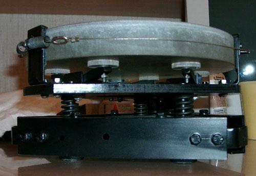 Разгрузка по периметру сделана с помощью тонкого тросика