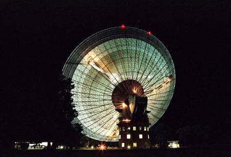Рис. 2. Радиотелескоп с диаметром зеркала 64 м в Парксе, Австралия, во время слежения за радиосигналом зонда «Гюйгенс»