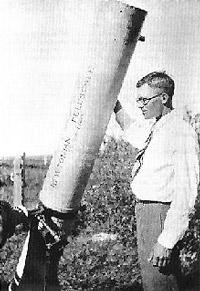 Клайд Томбо рядом со своим самодельным 9-дюймовым рефлектором (1928г.)