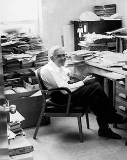 Клайд Томбо в своем офисе (1985г.)