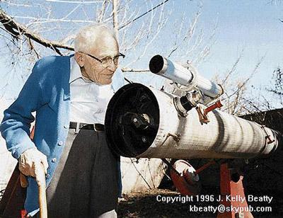 Клайд Уильям Томбо рядом со своим телескопом