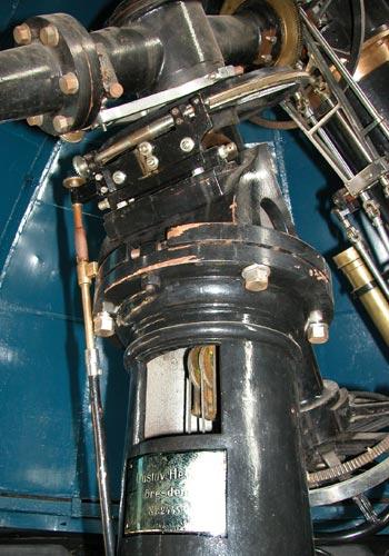 Привод телескопа осуществляется посредством грузов, подвешенных внутри колонны