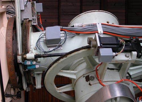 Старинную монтировку вращают современные шаговые двигатели