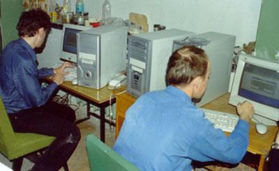 Рис. 6. Во время испытаний терминалов записи VLBR (см. небольшую коробочку между процессорами 2-х компьютеров). Аппаратурная комната № 205 на 2-м этаже пилона РТ-64. Андрей Голубовский (ОКБ МЭИ - слева) работает с терминалом VLBR из состава аппаратуры Медвежьих Озер, Александр Пушкарев (ГАО РАН - справа) копирует пакет программ на управляющий компьютер терминала VLBR, предназначенного для Симеиза.