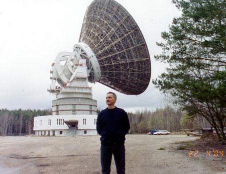 Рис. 7. Александр Вольвач, сотрудник КрАО, на фоне РТ-64 «Медвежьи Озера».