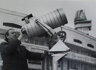 Владимир Барбанаков со своим 250-мм менисковым Кассегреном перед зданием Дворца пионеров г.Алма-Аты