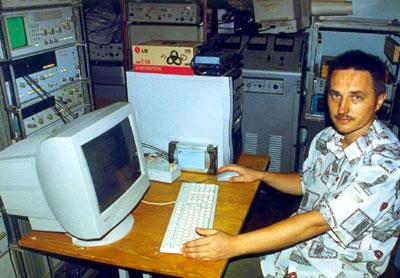 Июльский эксперимент, аппаратурная комната РТ-22 в Симеизе, Александр Вольвач, Крымская астрофизическая обсерватория, работает с NRTV-терминалом.