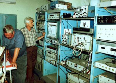 Июльский эксперимент, аппаратурная комната РТ-70 в Евпатории, Александр Дементьев и Николай Дугин, НИРФИ, работают с комплексом РСДБ-аппаратуры.