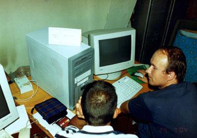 Июльский эксперимент, аппаратурная комната РТ-70 в Евпатории, Александр Пушкарев, евпаторийская группа ГАО РАН, работает с NRTV-терминалом.