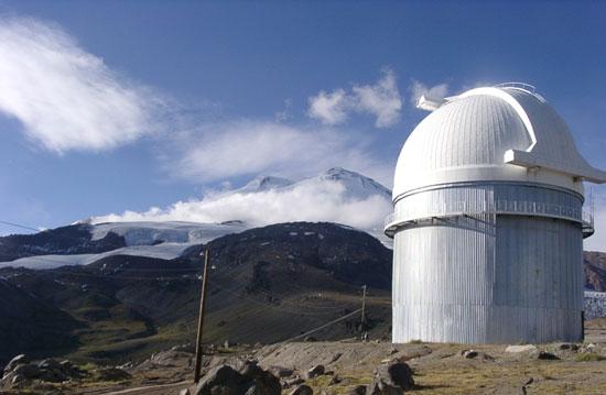 Двойная вершина Эльбруса. Вид от башни 2-м телескопа на вершине Терскола.