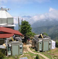 В таком живописном месте расположилась новая система, охотящаяся за небесными тенями (иллюстрация с сайта taos.asiaa.sinica.edu.tw).