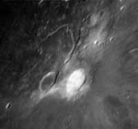 Вечером 25 октября астроном- любитель из Великобритании Брэндон Шау опять увидел странное свечение в кратере Аристарх - самом загадочном кратере на Луне..