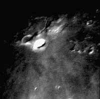 ...а американец Дэвид Дарлинг сумел сфотографировать свечение в том же кратере в ночь на 27 октября.