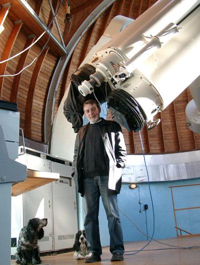 На фото - ученый секретарь УАФО, к.ф.-м.н. Корниенко Геннадий Иванович, главный энтузиаст наблюдений на двойном астрографе, активный участник эксперимента.