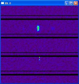 """Радиолокационное обнаружение космических объектов методом «бим-трек». Время с 22:12:31 по 22:16:41 23 июля 2004 (вертикальная ось), частота 247802,734 - 262451,172 Гц (горизонтальная ось). Черные полосы это разрывы между регистрируемыми блоками данных. Пятна – «выбросы» сигнала –отождествлены со спутниками COSMOS 1961 и TELESAT-5. Передача зондирующих радиосигналов из """"Евпатории"""", прием отраженных эхо-сигналов в """"Ното"""". Обработка на корреляторе NRTV формата."""