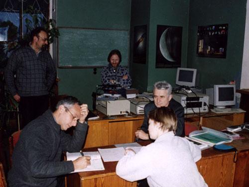 Слева направо: Александр Антипенко, Джино Туккари, Владимир Языков, Мария Нечаева, Николай Дугин. Обсуждение проблем корреляционной обработки. На заднем плане виден собранный стенд для испытания терминалов РСДБ-регистрации NRTV.