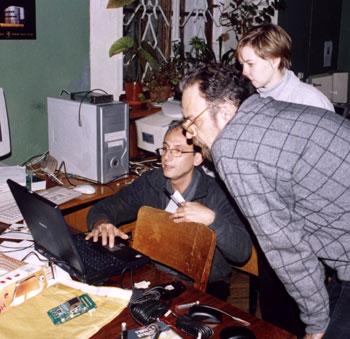 Джино Туккари, Александр Антипенко, Мария Нечаева. Демонстрация итальянского коррелятора для NRTV данных. На заднем плане идет тестирование платы NRTV-терминала. На переднем плане – плата NRTV-терминала и три GPS-приемника (в форме черной «мышки»).